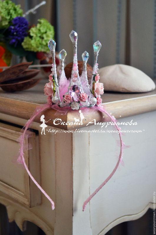 Корона на ободке. Розовая корона с цветами. Корона для принцессы.