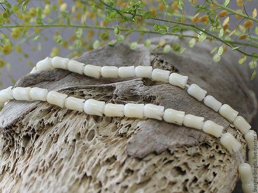 Бусины резные из натурального коралла, в форме мини цветочка тюльпана Бусины резного коралла, натурального цвета. Цвета называем белый, но он не кипельно белый, а цвет ближе к слоновой кости!