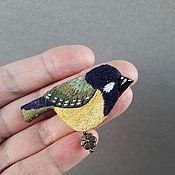 Брошь-булавка ручной работы. Ярмарка Мастеров - ручная работа Брошь птичка синичка вышитая гладью. Handmade.