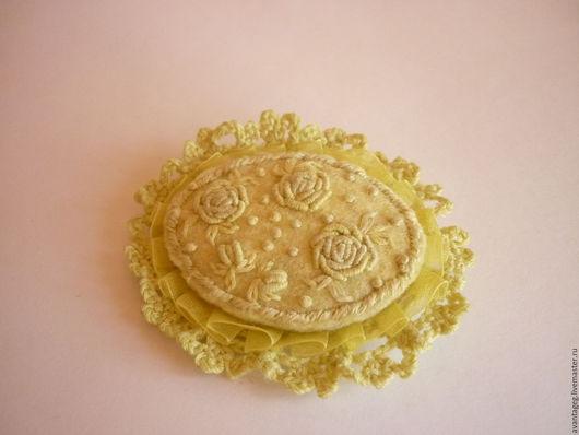 """Броши ручной работы. Ярмарка Мастеров - ручная работа. Купить Брошь валяная с вышивкой """"Лимонные розы"""". Handmade. лимонный"""