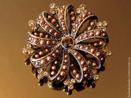Liz Claiborne Винтажная брошь в форме цветка, выполнена из сплава металлов, цвета состаренного золота, лепестки с внутренней и внешней стороны оформлены искусственным  жемчугом. Брошь маркирована L.C