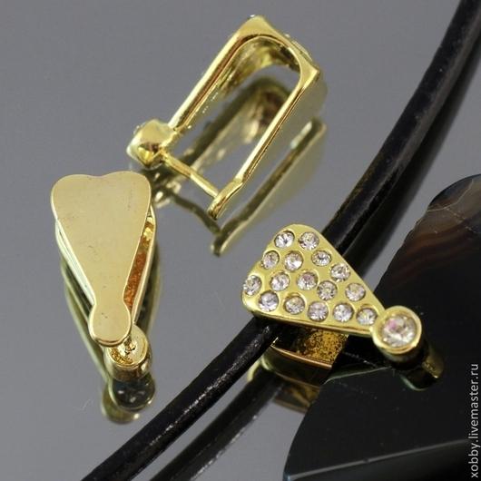Бейл зажимной из латуни с покрытием под золото с вклеенными ювелирными стразами для крепления кулонов толщиной до 8 мм и подвешивания на толстый шнурок или ленту