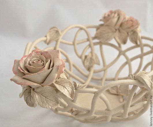 Керамическая фруктовница. Материал - беложгущаяся глина. Покрыта матовой прозрачной глазурью. Полностью сохранен натуральный цвет глины. Розы и листья чуть подкрашены и тоже покрыты матовой прозрачной