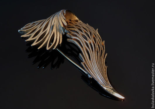 Винтажная брошь Trifari золотого тона комбинированное матовое и глянцевое покрытие. Винтажная брошь в виде ажурной изогнутой веточки. Брошь маркирована Trifari .