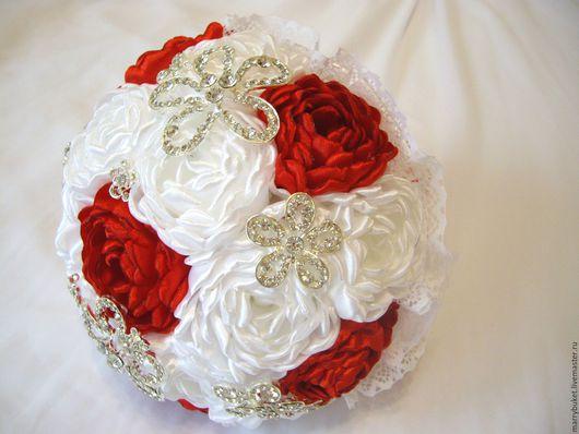Брошь-букет невесты `Скарлетт`. Свадьба в красном цвете. Мастер: Наталья. Санкт-Петербург.