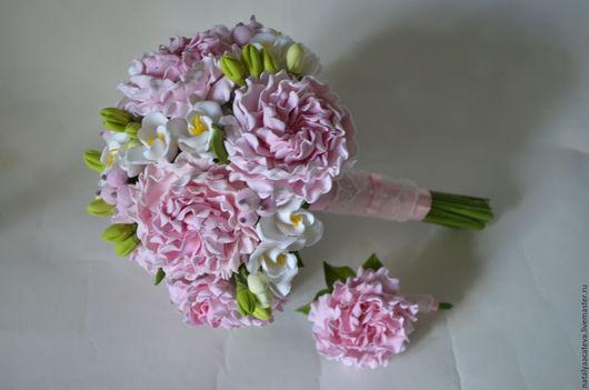 Свадебный букет невесты из пионов и веточек фрезии
