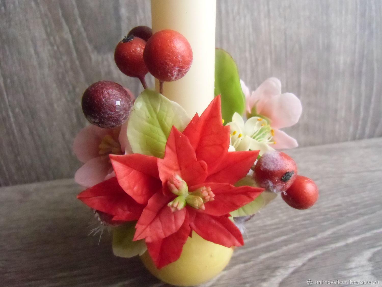 Свеча украшенная цветами в керамическом кувшинчике.