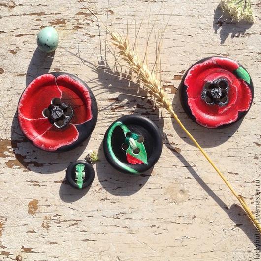 Цветок мака в четырех состояниях - бутон, раскрытие, цветение и коробочка