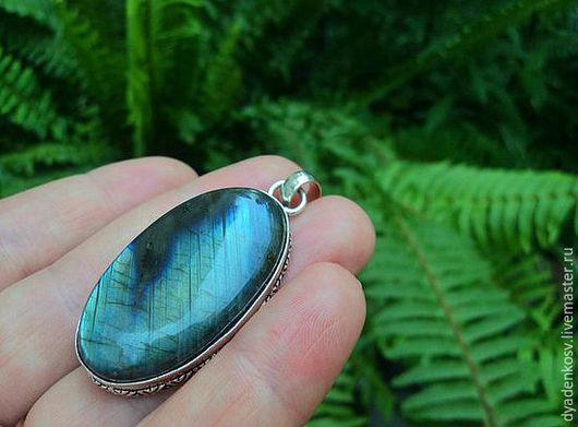 Крупный Кулон с ЛАБРАДОРОМ (Спектролитом) в роскошной серебряной оправе из серебра 925 пр. с шикарной иризацией, переливами от зеленого до сине- голубого. Цвет меняется при каждом повороте камня.