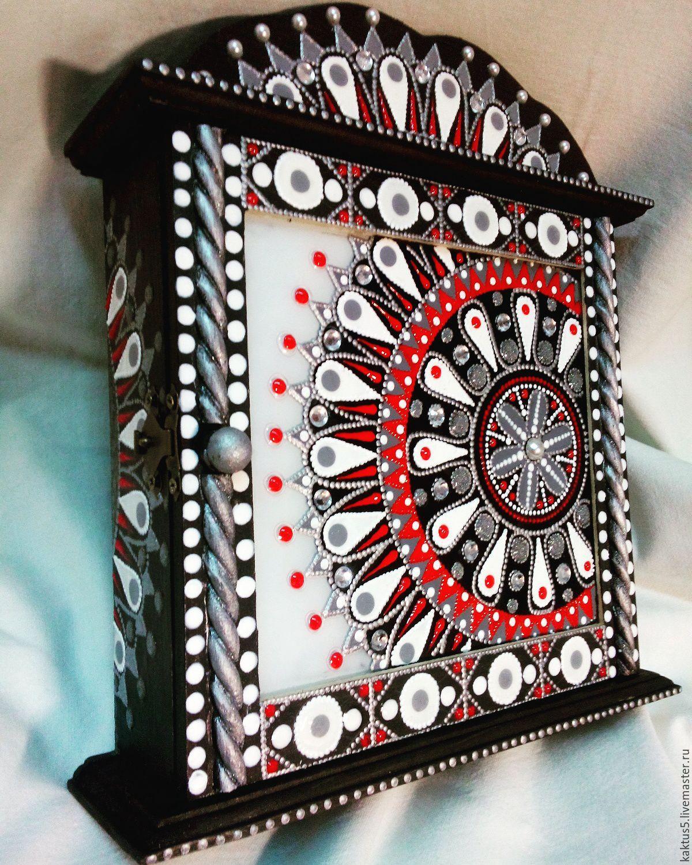 Ключница Снежная королева, выполнена в технике точечной росписи. Дерево, дверь-стекло, дверка закрывается на замочек.