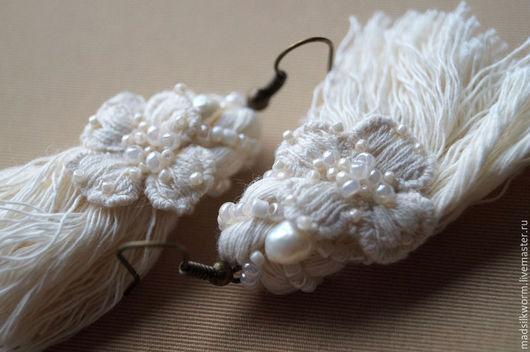 """Серьги ручной работы. Ярмарка Мастеров - ручная работа. Купить """"Серьги-кисточки"""" серьги текстильные. Handmade. Белый, чары, нежность"""