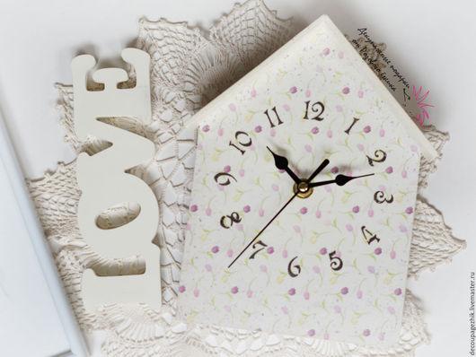 часы домиком. часы настенные купить. настенные часы декупаж. часы в виде домика. часы декупаж. часы купить в подарок. белые часы. часы декупаж. часы своими руками. тюльпаны. цветы часы. часы купить