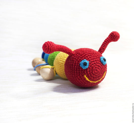 Вязаная яркая игрушка погремушка Любопытная гусеничка. Ярмарка Мастеров - ручная работа. Погремушка-грызунок.