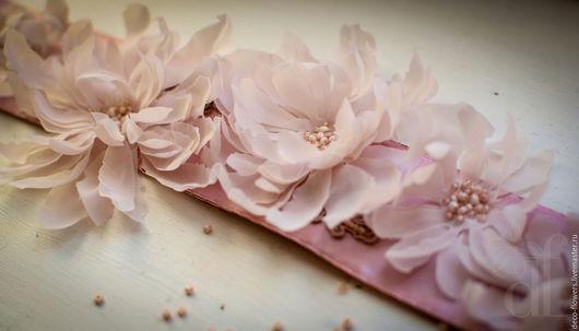 Пояс отлично подчеркнет белое или светло-розовое свадебное платье