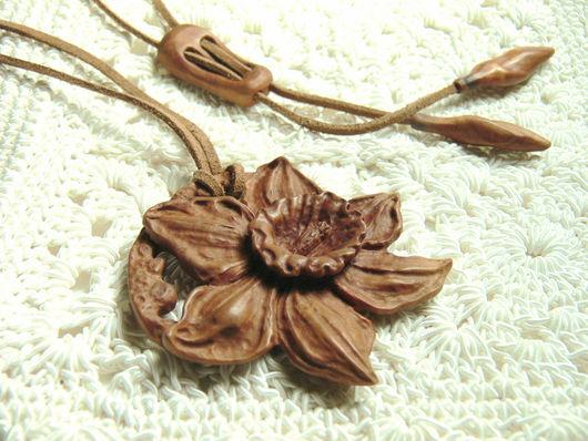"""Кулоны, подвески ручной работы. Ярмарка Мастеров - ручная работа. Купить """"Нарцисс"""". Handmade. Ореховый, резьба по дереву, подарок женщине"""
