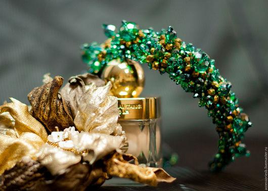 Тиара цвета в зелёном цвете с золотом, в стиле D&G. Ширина ободка в самом широком месте 3,5 см.,высота 2см. Прекрасное решение хрусталиков различной формы и цвета. Готовая работа,свободна к  продаж