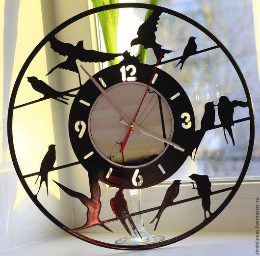 Часы `Ласточки`, сделанные из виниловой пластинки могут стать замечательным подарком как по любому поводу, так и ценителям всего креативного и необычного, а так же, они станут оригинальным украшением любого интерьера. Часы являются настенными, снабжены часовым механизмом кварцевого типа с петлёй для крепления на стену. Размер - 30 см в диаметре.