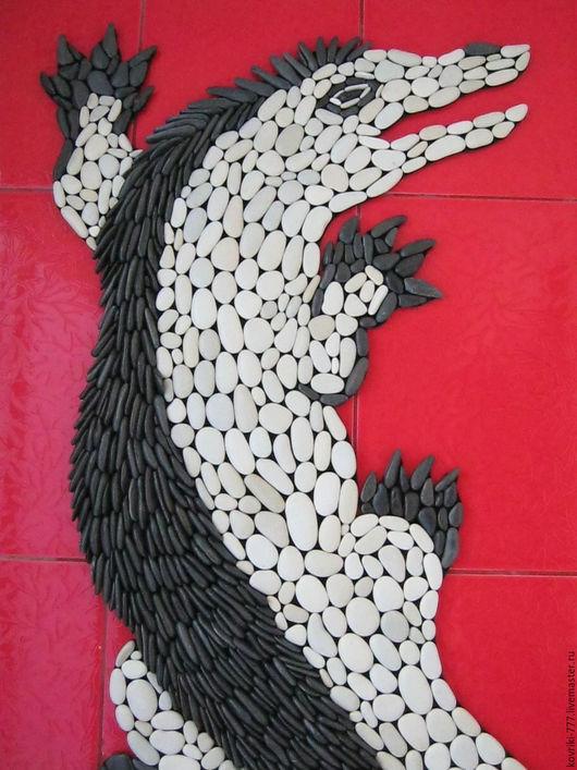 Каменный коврик `Крокодил` из натуральной черно-белой  гальки. Размер 65х150 см. Цена 35000 руб.