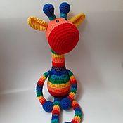 Мягкие игрушки ручной работы. Ярмарка Мастеров - ручная работа Вязаный жираф Гарри Радужный. Handmade.