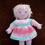 Вязаная кукла блондинка в розово-голубом платье