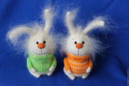 """Миниатюра ручной работы. Ярмарка Мастеров - ручная работа. Купить вязаная игрушка """"Зайка в свитере"""" (белый). Handmade. Белый, мороз"""