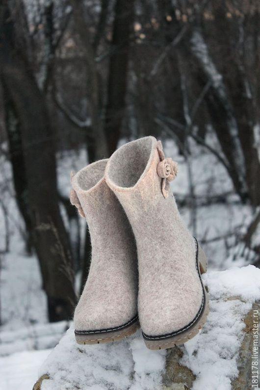 Обувь ручной работы. Ярмарка Мастеров - ручная работа. Купить Валяные сапожки короткие, бежевые.. Handmade. Бежевый, шерсть