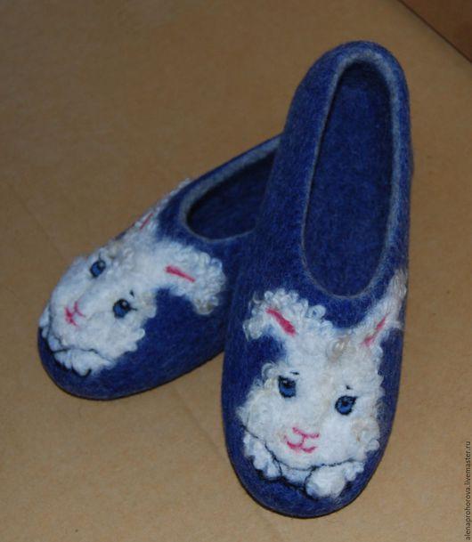 """Обувь ручной работы. Ярмарка Мастеров - ручная работа. Купить Валяные тапочки """"Зайка кучерявый"""". Handmade. Тёмно-синий, зайчики"""