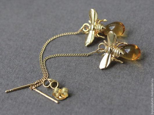 Cерьги цепочки пчелки с медом серьги цепочки - протяжки с золотой пчелой Пчела уже облетела весь цветник и у нее полно сладкого янтарного нектара.