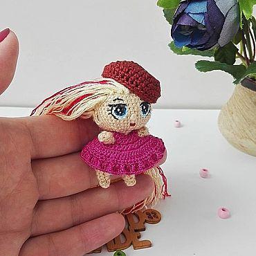 Вязаная миниатюрная куколка Лол