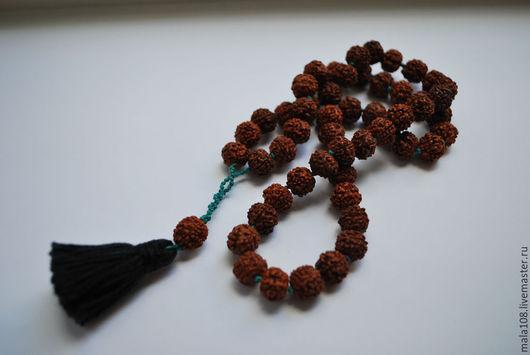 Заказать чётки из Рудракши Все размеры на фото чётки из 54 бусин шнур удлиннён плетением для возможности носить на шее, а также под заданный размер запястья