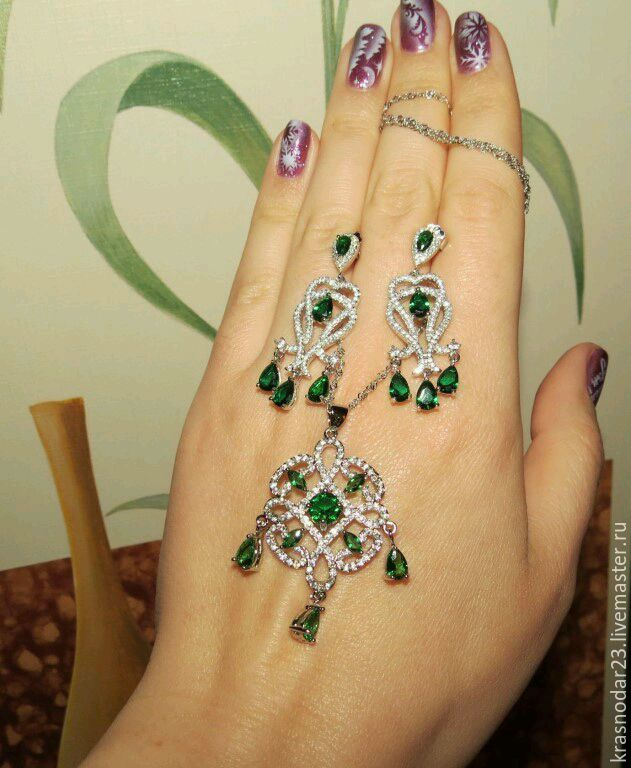 Incredibly soft and light set made of SILVER 925 with a beautiful chrome diopside (Yakut emerald) which complements the company's sparkling zircons gives it an incomparable splendor
