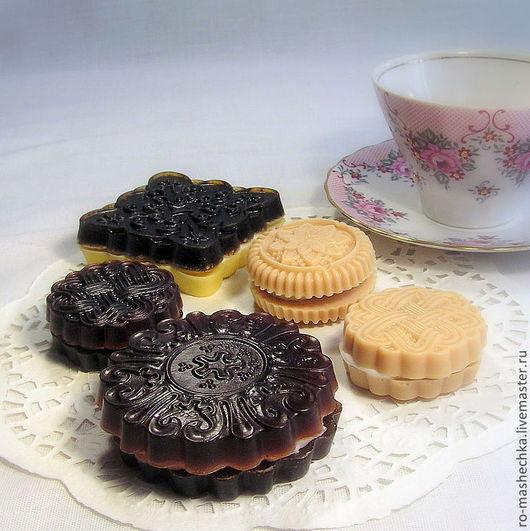 Каждое мыльное печенье можно приобрести отдельно по цене 120 руб (большое) и 70 руб (маленькое).  Для наборов печенья ассорти предлагается цена со скидкой: 400 руб (за два больших и три маленьких)