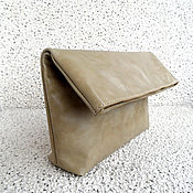 Сумки и аксессуары ручной работы. Ярмарка Мастеров - ручная работа NEED кожаный бежевый клатч-пакет, клатч ролл, бежевозеленый. Handmade.