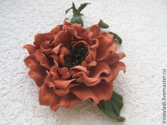 цветы из кожи,цветы из замши, оранжевый цветок брошь,заколка для волос кожаный цветок шиповник из замши,шиповник из кожи,  изделия из кожи цветы,аксессуары из кожи ,заколка для волос цветок из кожи,