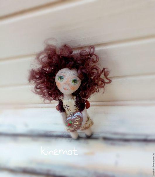 """Миниатюра ручной работы. Ярмарка Мастеров - ручная работа. Купить кукла малышка в ладошке брошь""""Араминта"""". Handmade. Бежевый, кукла в подарок"""