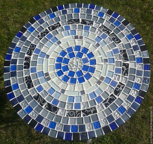 Небесно-голубая россыпь васильков в хрустальном мерцании серебряной росы - именно так выглядит этот кованый кофейный столик с мозаикой.