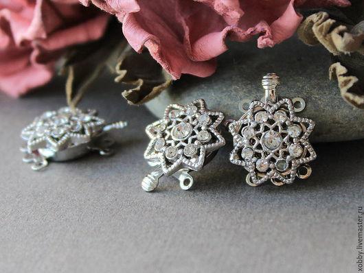 Замок застежка разъемная для украшений Цветок Серебро Стразы Застежка представляет собой ажурный цветок, усеянный сверкающими ювелирными стразами.