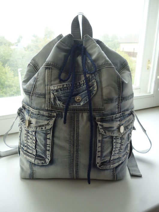 Рюкзак из светло-голубой джинсовой ткани.Удобный,легкий и вместительный.4 наружных и 1 внутренний карман на резинке.Застежка - магнитная кнопка + стягивающий шнур.Устойчивое донышко