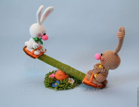"""Обучающие материалы ручной работы. Ярмарка Мастеров - ручная работа. Купить Мастер-класс по вязанию """"Зайцы на морковных качелях"""" (крючок). Handmade."""