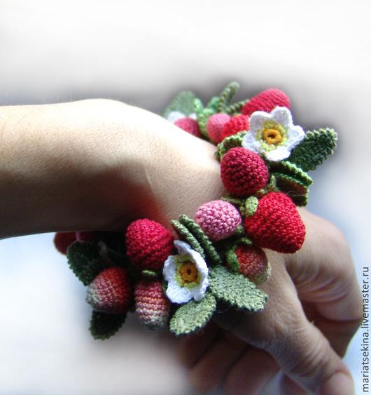 """Браслеты ручной работы. Ярмарка Мастеров - ручная работа. Купить Браслет """"Земляничный"""". Handmade. Ягоды, вязаные ягоды, хб-нитки"""