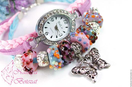 Часы браслет голубой розовый на шнурах женские кварцевые наручные сиреневый авторскими бусинами стекло. Часы браслет лэмпворк lampwork лемпворк. Подарок женщине девушке купить
