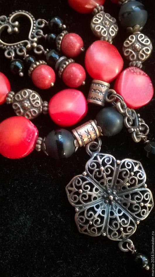 Яркий, экстравагантный комплект украшений из `таблеток` красного коралла (есть природные неровности) и матового чёрного агата с фурнитурой под античную медь: ожерелье, браслет и длинные серьги.