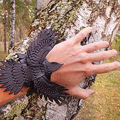 Украшения ручной работы. Ярмарка Мастеров - ручная работа Кожаный браслет Ворон в полете. Handmade.