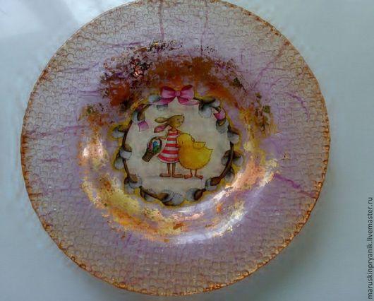 Глубокая стеклянная тарелка в технике декупаж