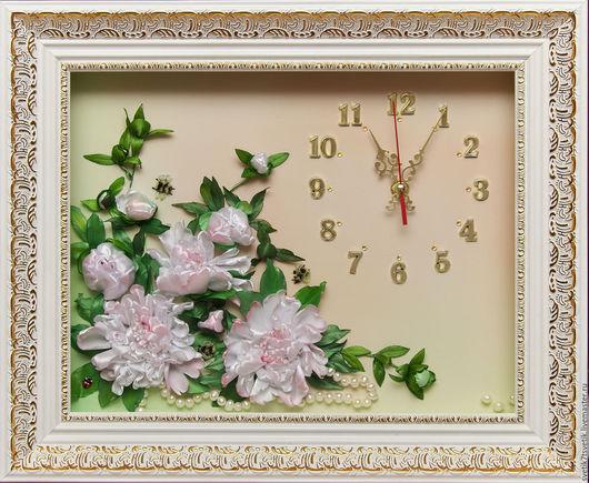 """Часы для дома ручной работы. Ярмарка Мастеров - ручная работа. Купить Часы вышитые лентами """"Белые пионы"""". Handmade. Белый"""
