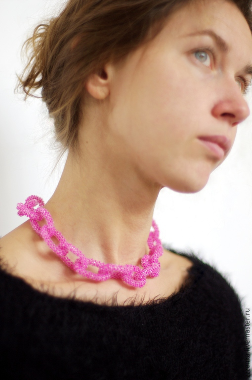Колье, бусы ручной работы. Ярмарка Мастеров - ручная работа. Купить Неоново-розовая цепь из винтажного бисера. Handmade. Фуксия