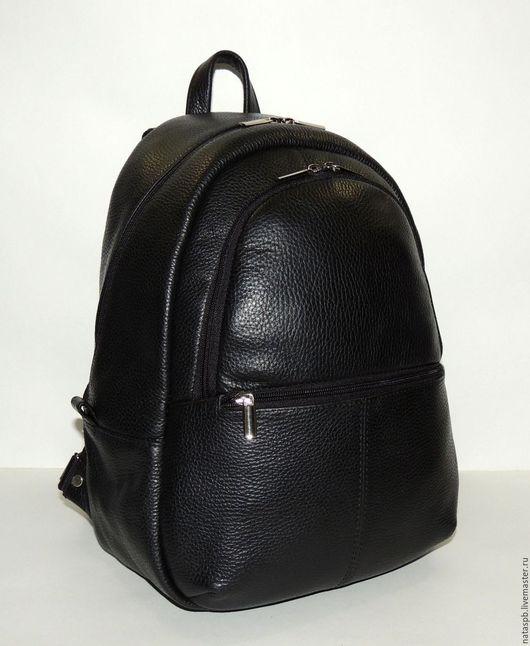 Рюкзак «Урбан» выполнен из плотной фактурной кожи черного цвета. Фактурная поверхность кожи как бы маскирует царапины и другие дефекты, которые будут приобретены за время эксплуатации изделия.