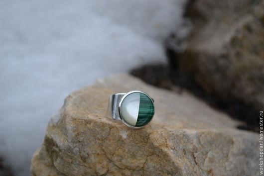 Кольца ручной работы. Ярмарка Мастеров - ручная работа. Купить Кольцо с двухцветной вставкой. Handmade. Зеленый, перламутр, кольцо с малахитом