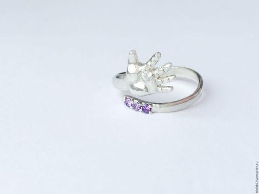 Безразмерное кольцо в виде детской ручки! Отличный подарок на рождение ребенка!
