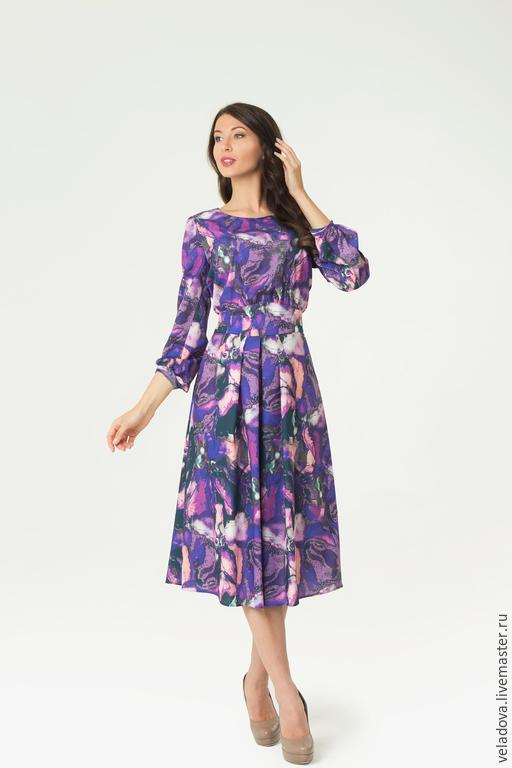 Платье с фиолетовым принтом